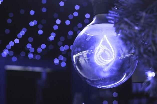 Mooie stijlvolle blauwe lamp als interieurdecoratie in de kleur van het jaar 2020.