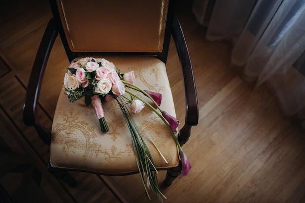 Mooie stijlvolle bruiloft boeket met rozen. decor van het huwelijk.