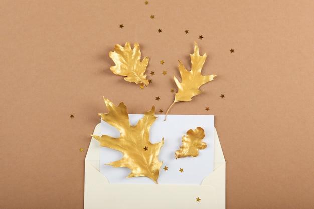 Mooie stijlvolle herfstachtergrond met gouden bladeren bovenaanzicht