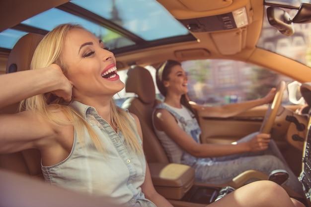Mooie stijlvolle meisjes glimlachen en plezier maken.