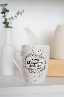 Mooie stijlvolle mok voor thee of koffie op een plank in de woonkamer