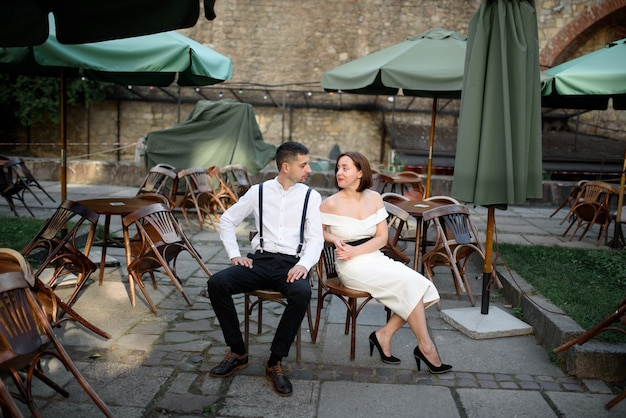 Mooie stijlvolle paar op een date in de straten van de oude stad.