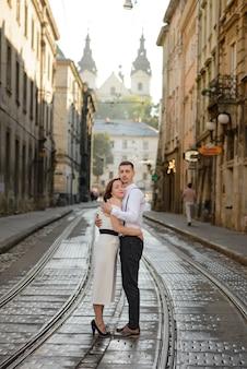 Mooie stijlvolle paar op een date in de straten van de oude stad