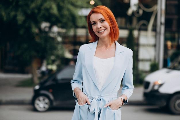 Mooie stijlvolle vrouw in een blauw pak