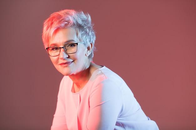 Mooie stijlvolle vrouw in leeftijd, met een bril met een kort kapsel