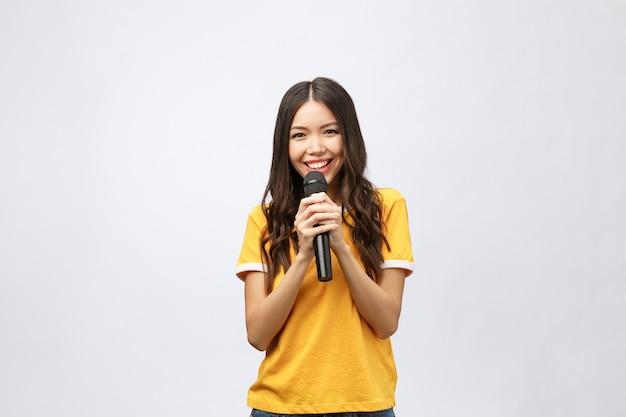 Mooie stijlvolle vrouw karaoke zingen