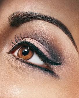 Mooie stijlvolle vrouw met make-up