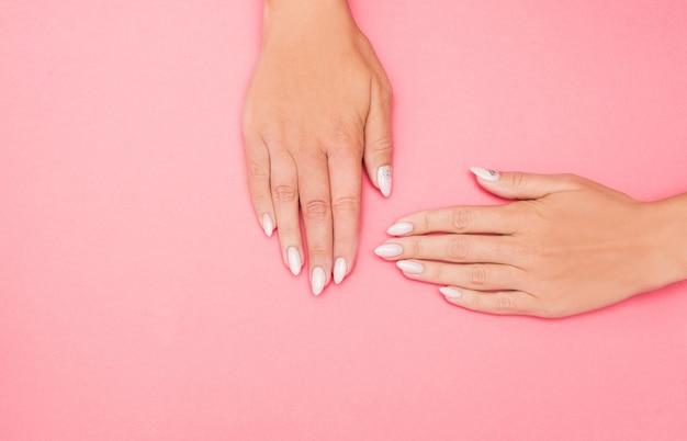 Mooie stijlvolle vrouwelijke manicure op roze