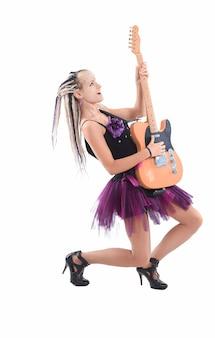 Mooie stijlvolle zangeres met een gitaar. geïsoleerd op een witte achtergrond.