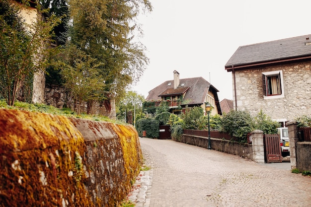 Mooie straat in annecy met een stenen hek met mos, oude gebouwen. hoge kwaliteit foto