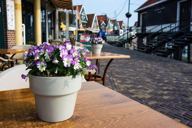 Mooie straatjes in vissersdorp volendam in nederland