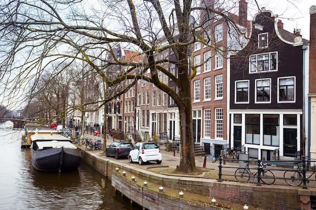 Mooie straten, bruggen en kanalen in de beroemde stad amsterdam, nederland