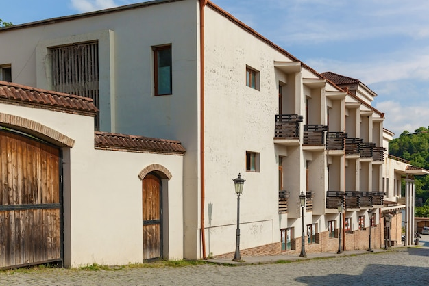 Mooie straten en huizen van de stad sighnaghi kakheti, georgië. sighnaghi noemde de stad van de liefde