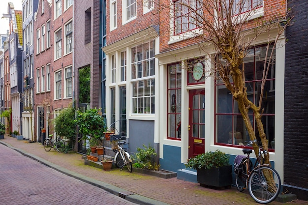 Mooie straten in de beroemde stad amsterdam, nederland