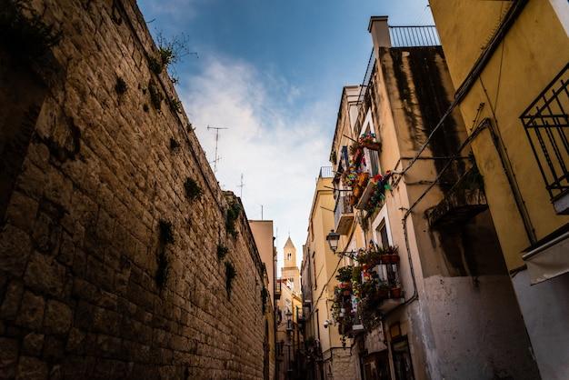 Mooie straten van bari, italiaanse middeleeuwse stad.