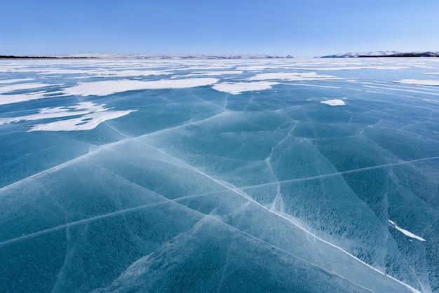 Mooie stratuswolken boven het ijsoppervlak op een ijzige dag