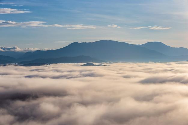 Mooie stromende wolken en de mist voor de bergen in khao khai nui in zonsopgangtijd, provincie phang-nga, thailand