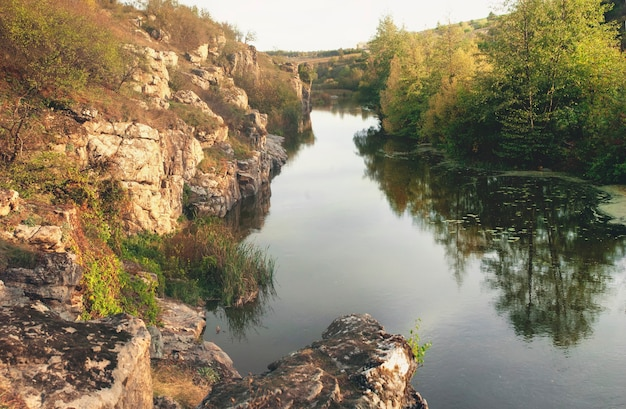Mooie stroom van water die door rotsachtige canion loopt