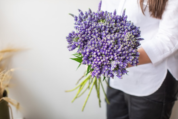 Mooie struik veronica op veelkleurige papieren achtergronden met kopie ruimte. lente, zomer, bloemen, kleurenconcept. bloemen levering