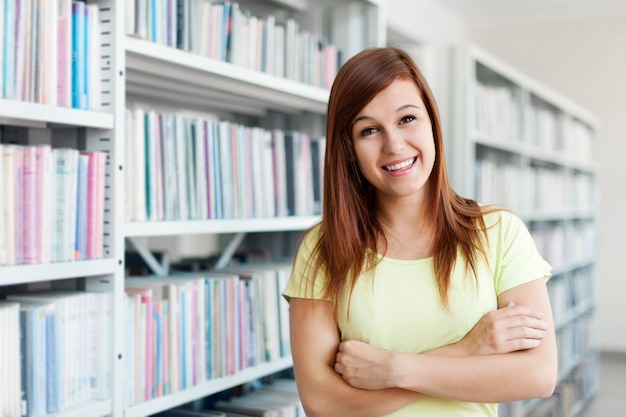 Mooie student in bibliotheek