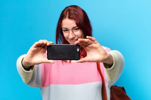 Mooie studentenvrouw die haar telefoon gebruikt