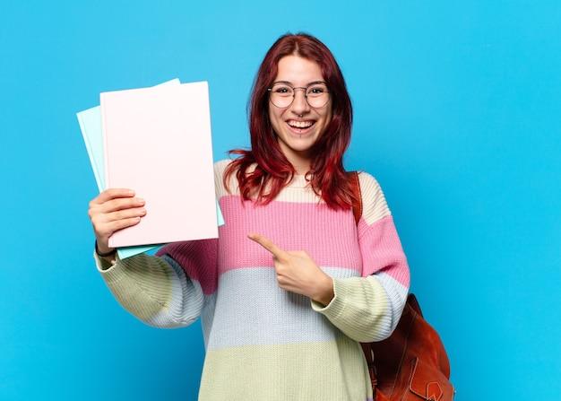 Mooie studentenvrouw die papieren toont
