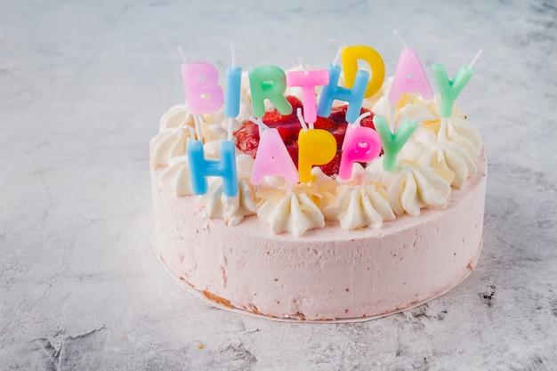 Mooie taart versierd met kaarsen