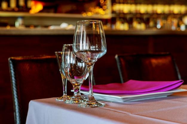 Mooie tabel met servies en bloemen voor een feest, huwelijksreceptie of andere feestelijke gebeurtenis.