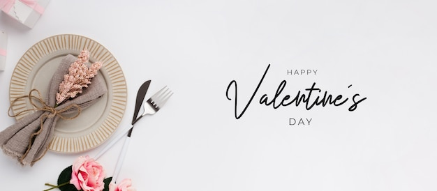 Mooie tafel instelling bovenaanzicht voor valentijnsdag op wit