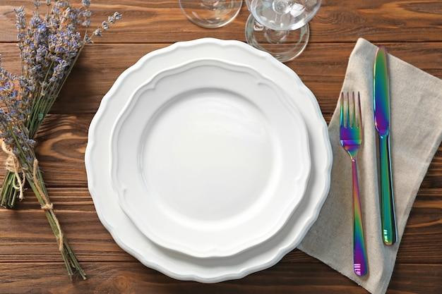 Mooie tafel setting met lavendel bloemen op houten tafel