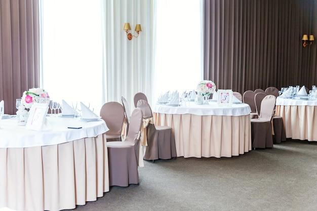Mooie tafelset voor het diner met bloemsamenstelling in restaurant, luxe interieurachtergrond