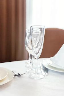 Mooie tafelset voor het diner met servetglazen in restaurant, luxe interieurachtergrond