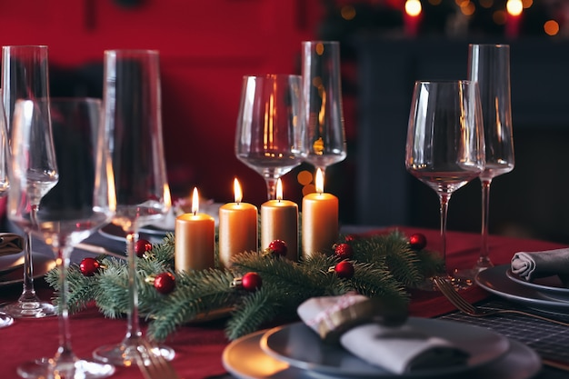 Mooie tafelsetting met kerstversiering in de woonkamer