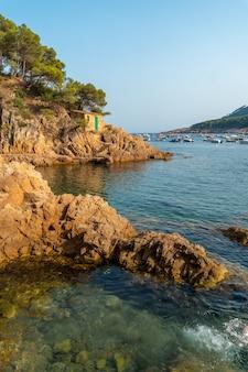 Mooie tamariu-kust op een zomermiddag in de stad palafrugell. girona, costa brava in de middellandse zee