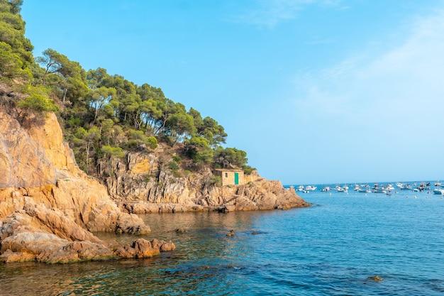 Mooie tamariu-kustlijn op een zomermiddag in de stad palafrugell. girona, costa brava in de middellandse zee