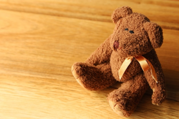 Mooie teddybeer op een houten ondergrond