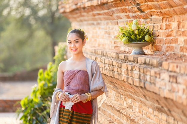 Mooie thaise meisjes in thais traditioneel kostuum bij oude tempel, ayutthaya-provincie, thailand