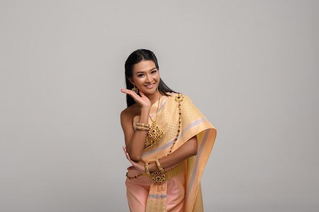 Mooie thaise vrouw die thaise kleding en thaise dans draagt