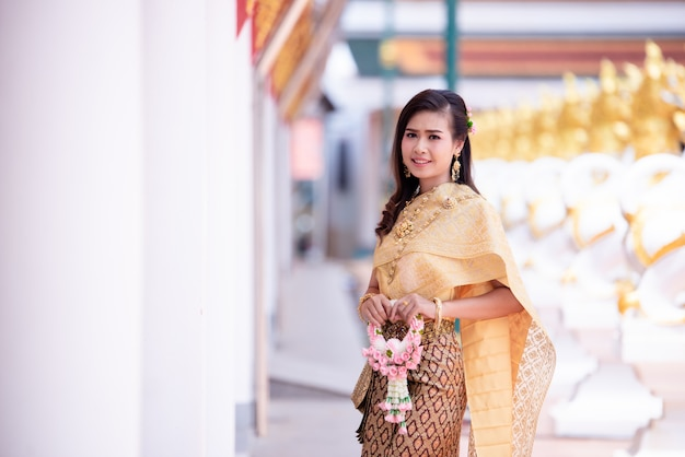 Mooie thaise vrouw in thais traditioneel kostuum bij tempel