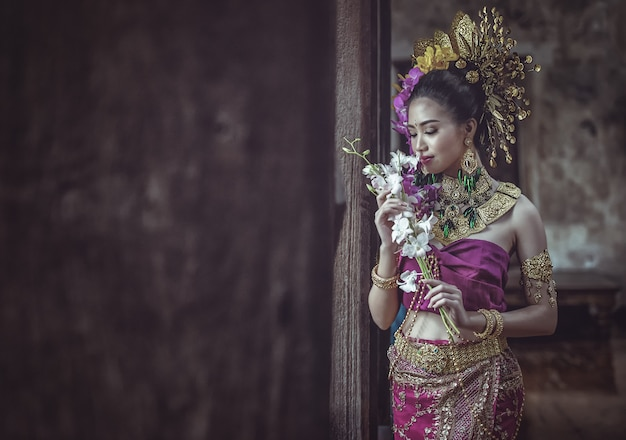 Mooie thaise vrouw in traditionele thaise kleding