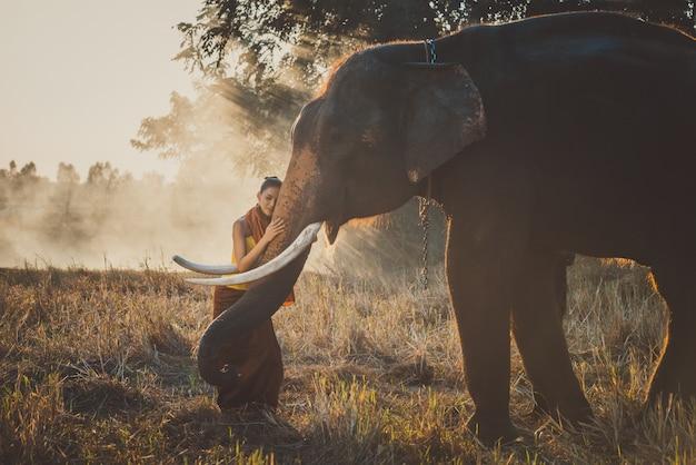 Mooie thaise vrouw tijd doorbrengen met de olifant in de jungle