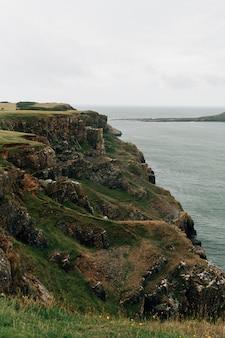 Mooie three cliffs bay in het verenigd koninkrijk