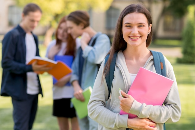 Mooie tiener blij terug te zijn op de universiteit