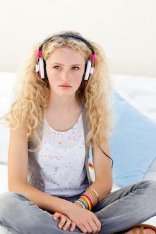 Mooie tiener die aan de muziek luistert