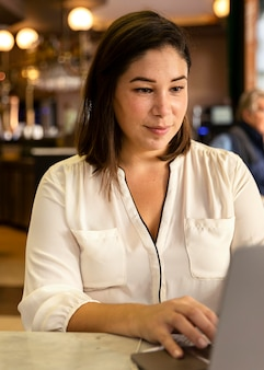 Mooie tiener die aan haar laptop werkt