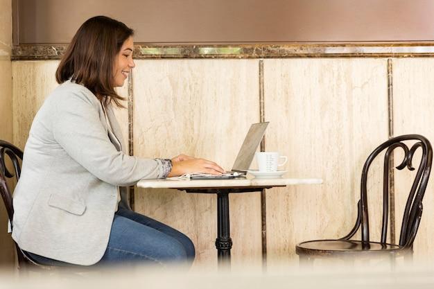 Mooie tiener die aan laptop werkt