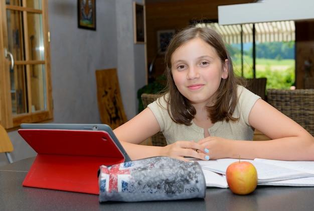 Mooie tiener die een tablet gebruikt