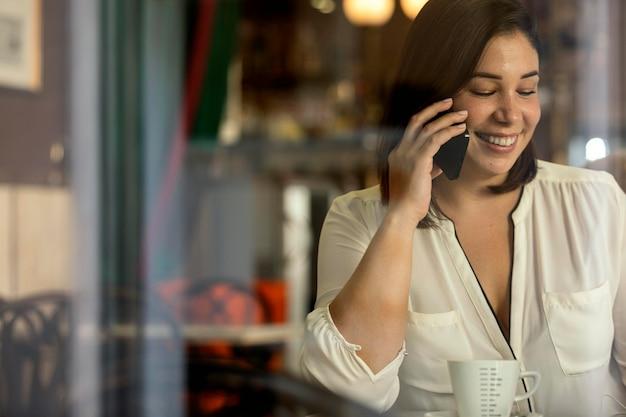 Mooie tiener praten aan de telefoon