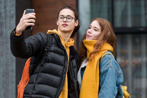 Mooie tieners die samen een selfie nemen
