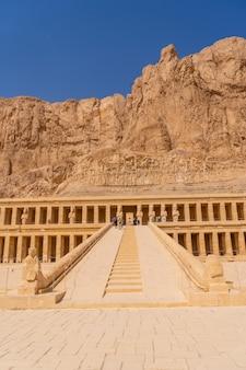 Mooie toegang tot de dodentempel van hatsjepsoet in luxor. egypte